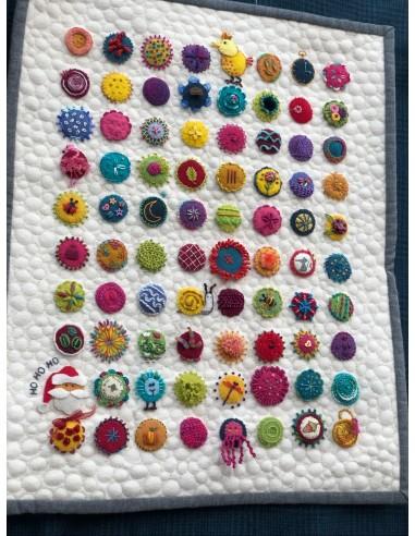 kit clases de bordado con muestrario de 80 bolitas de Sue Spargo