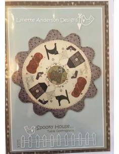 Patrón Spooky House centro de mesa de Lynette Anderson