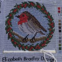Haciendo un bonito pájaro navideño 😍. Que divertido hacerlo en cualquier lado o viendo la tele. Es tan sencillo de seguir!!! Nos encanta @ebneedlepoint y el #patchwork   #puntodecruz #victoriancrossstitch #robinneedlepoint #mediopunto #tapestry #ebneedlepoint #ebneedlepointonline #kitsviaje #hobbies #woolthreads