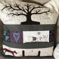 Haciendo cojines de regalo del quilt de Lynette Anderson con un poco de acolchado libre #thewoolcollection #patchwork  #quilting #freemotionquilting #cojinesdecorativos #cushion #cute #love #quilter #homedecor #embroidery #valdanithreads #lynetteandersondesigns