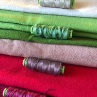 Nuevo SAL MYSTERY casita de navidad NÖEL HOLLY BERRY hecha con los mejores materiales de lana, telas, hilos y mucho más. Compra la primera entrega y no te quedes sin las tuya. #thewoolcollection   #lanamerino #woolfabric #casitacosturero #costurerodecorativo #organizadorhilos #organizadordecorativo #noelhouse #xmassewing #christmasideas #eleganzathreads #ellanathreads #costuracreativa #diy #handmade #quédateencasacosiendo #quedateencasa #clasesonline