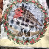 Poco a poco voy avanzando en los pequeños ratos. Compra tu kit en www.thewoolcollection.com #tertuliaselizabethbradley #tiendaonline   #kitsonline #tapestry #patchwork #victoriancrossstitch #xmassewing #cañamazo #mediopunto #puntodecruz #patchwork #costura #manualidades #hobbies #diy #xmasstitch #cojinesdecorativos