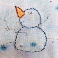 Con fresquito tenía ganas de recordar el invierno. #thewoolcollection #patchwork  #quilt #winter #snowman #hobbies #embroidery #bordados #metallicthreads #hilosmetalicos #madeirathreads @madeiragarnfabrik #pinturaentela #diy #handmade #hechoconamor #costura #unico #artesanal