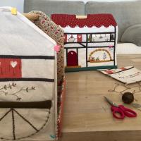 Hoy toca coser e ir terminando la casita costurero de Alsacia. Ya a la venta el kit completo en @thewoolcollection   #patchwork #costura #bordado #costurero #organizadores #aplicaciones #lana #hilosvaldani #embriudery #stitch #sewingcase #applique