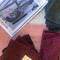 Kit para realizar este precioso bolso de @hatchedandpatched con linos rosa y beis. #bordado y con #aplicaciines de #lana. Todo a la venta el #thewoolcollection   #bolsos #costura #costuracreativa #clasespatchworkonline #diy #handmade #hechoamano #proyectosdecostura #cosemosjuntas #bordados #stitch #telaslana #modafabrics #bags #clasespatchonline #cursopatchwork
